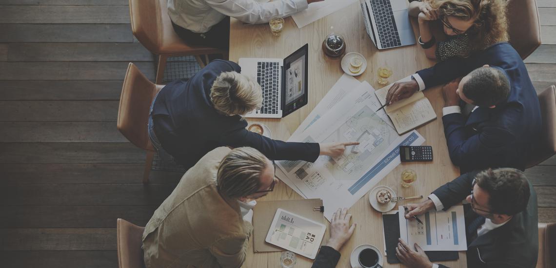 Mehrere Menschen haben ein Business Meeting